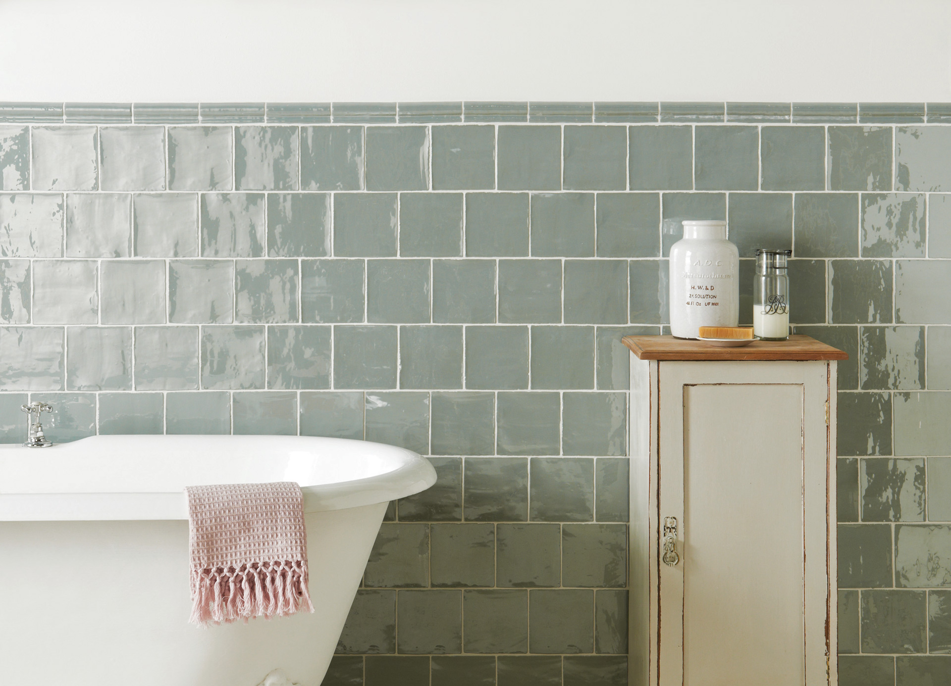 Bathroom tiles examples with beautiful styles in south for Examples of tiled bathrooms